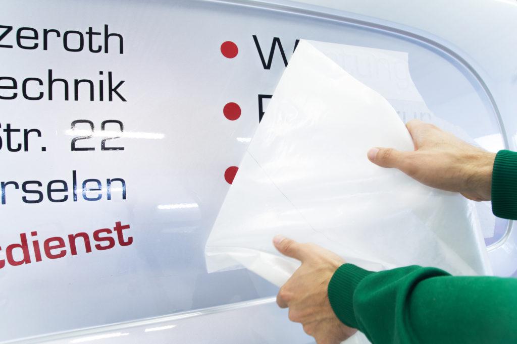 Autoaufkleber als Folienschrift